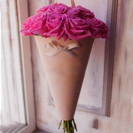 21 розовая роза в конусе