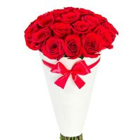 Красные розы в конусе