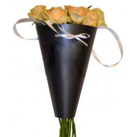 Желтые розы в конусе