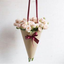 Кремовые розы в конусе