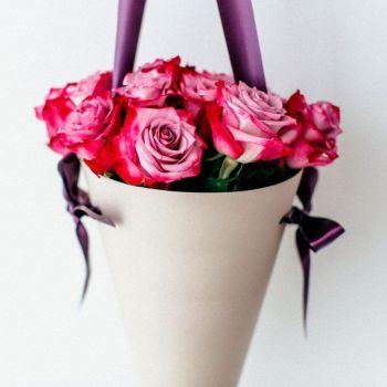 Двухцветная роза в конусе